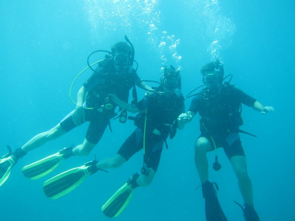 Gruppebillede under vand - Jonas, Lillian og Ole