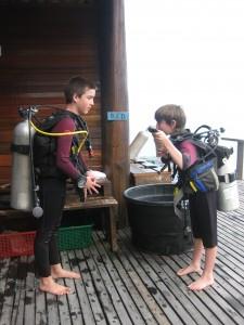 Mikkel og Rasmus i dykkerudstyr